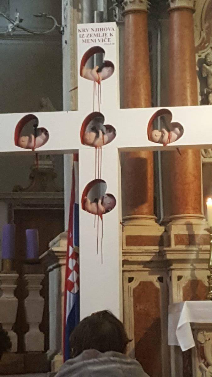 Crkva u Vodicama postavila je križ s 'fetusima' koji krvare