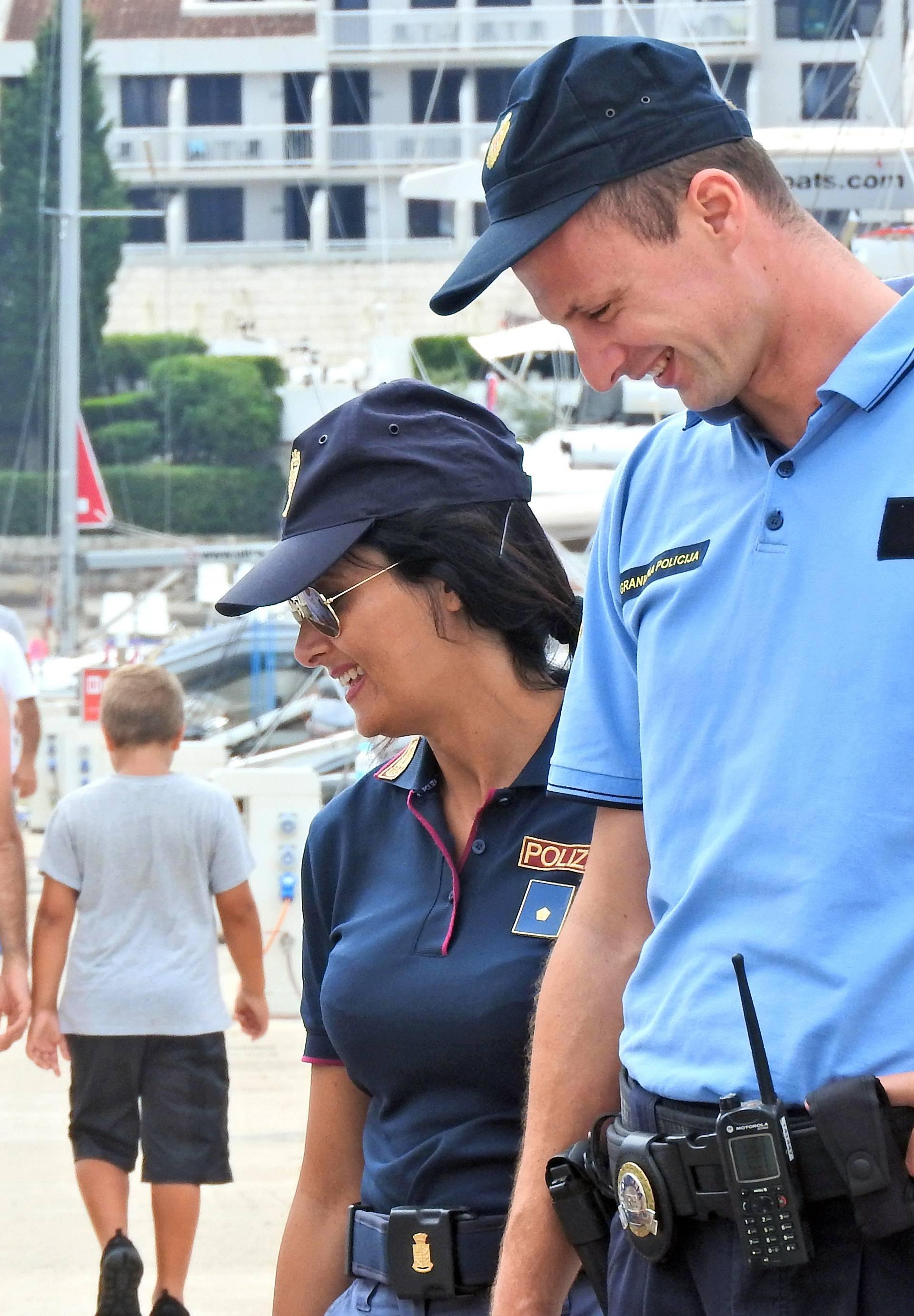Talijanska policajka u pratnji hrvatskog policajca pazi na red na Korčuli