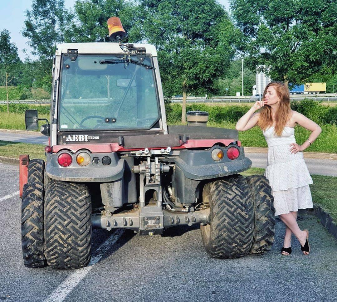 Pozirala je s traktorom, pa se požalila: 'Nedostaje mi posao...'
