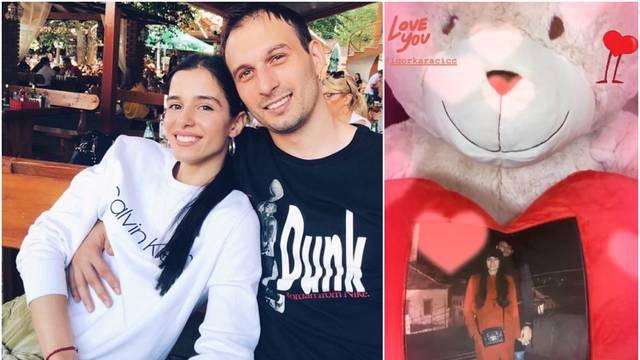 Romantični Karačić je zaručnici poklonio plišanca na kojem je njihova slika: 'Puno te volim'