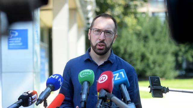 Zagreb: U znak prosvjeda ispred Holdinga autić je postavio i Tomislav Tomašević