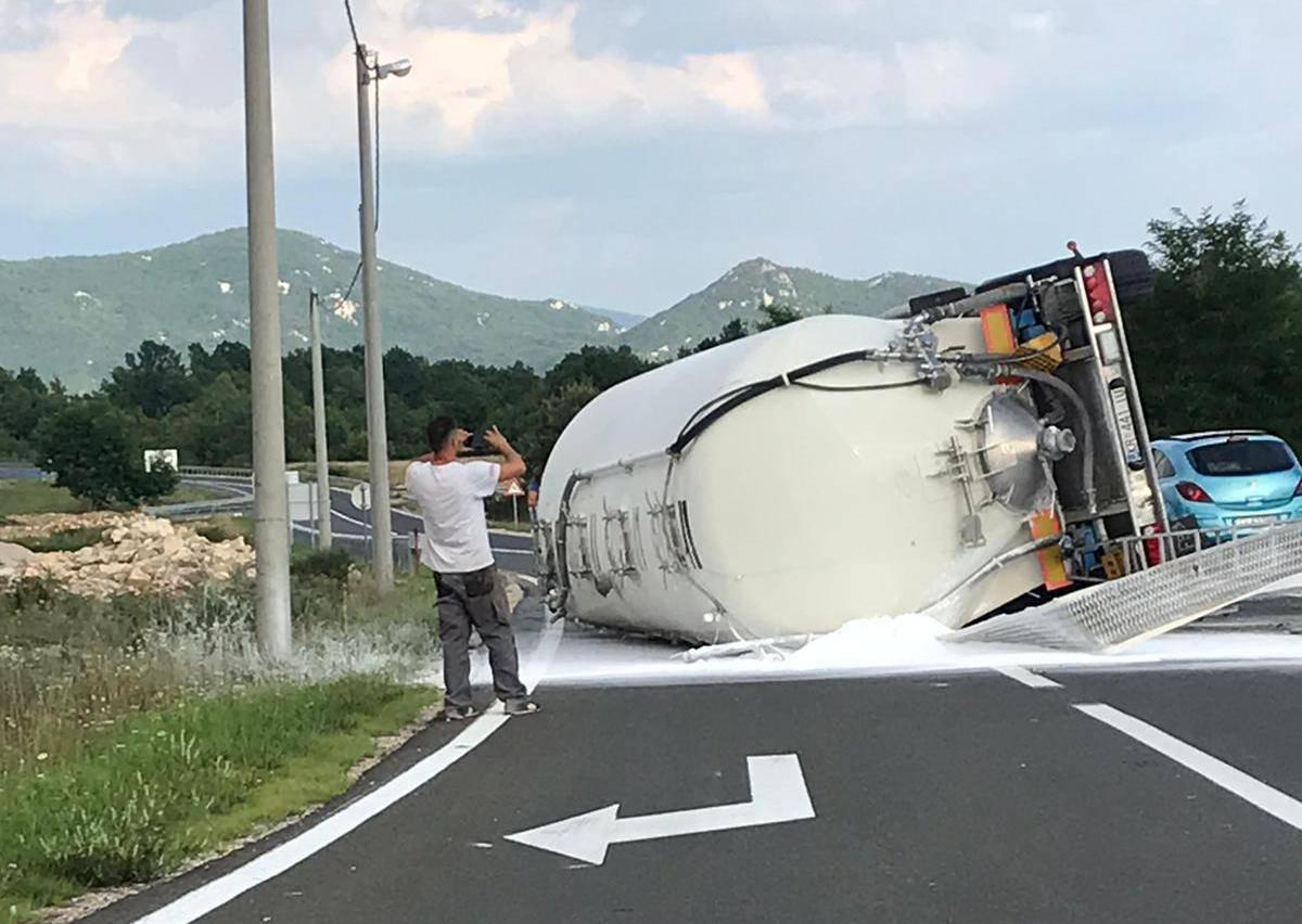 Gospić: Kamion se prevrnuo, a vozača su prevezli u bolnicu