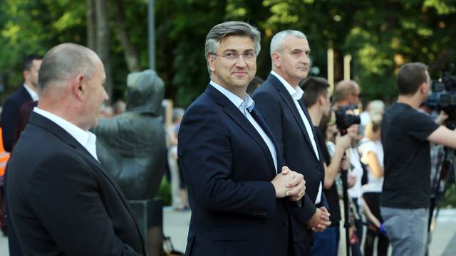 HDZ na Facebooku: 'Udari, slaži i bježi - to je Davor Bernardić!'