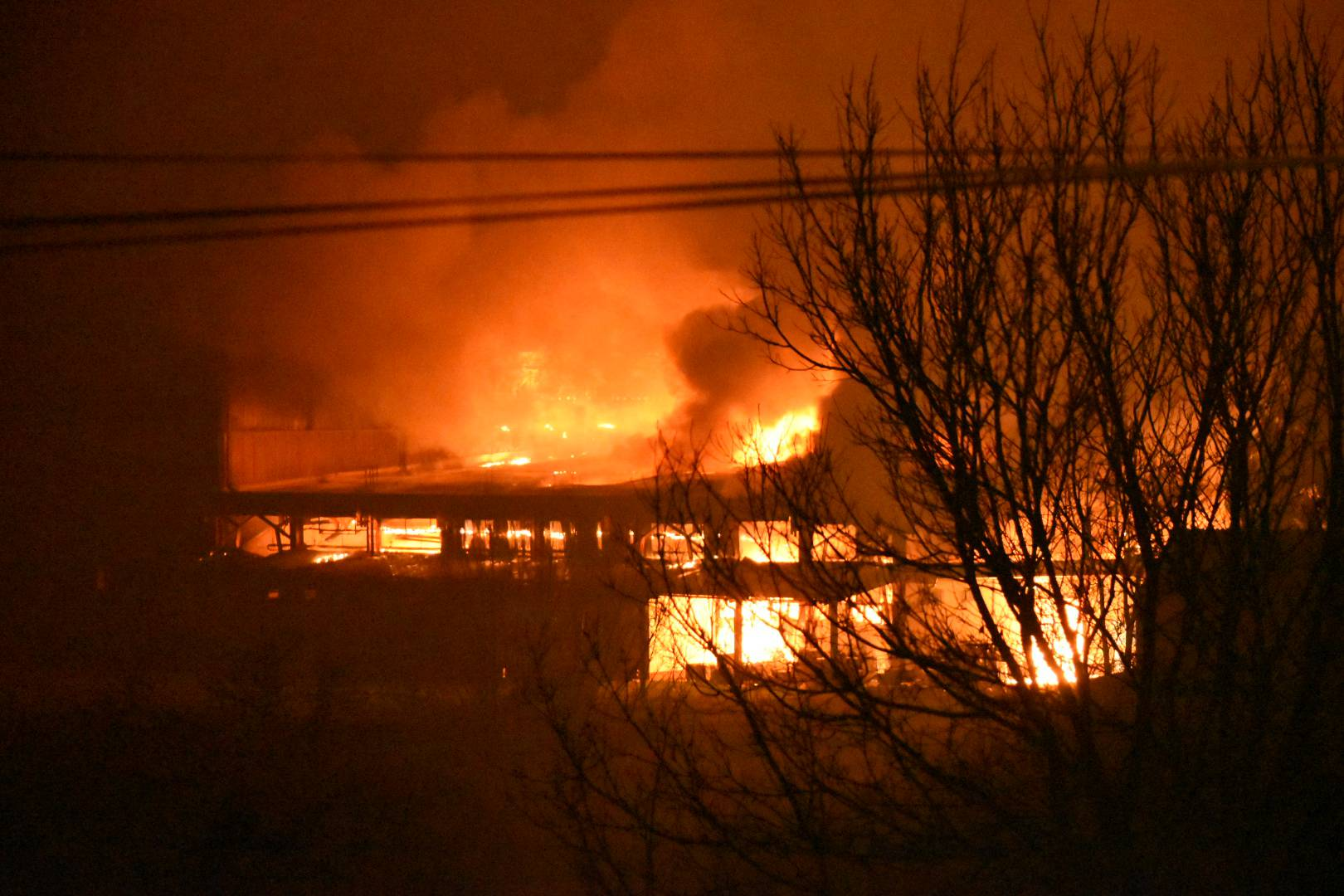 Otočac u crnom dimu: Plamen dosezao i 200 metara u visinu!