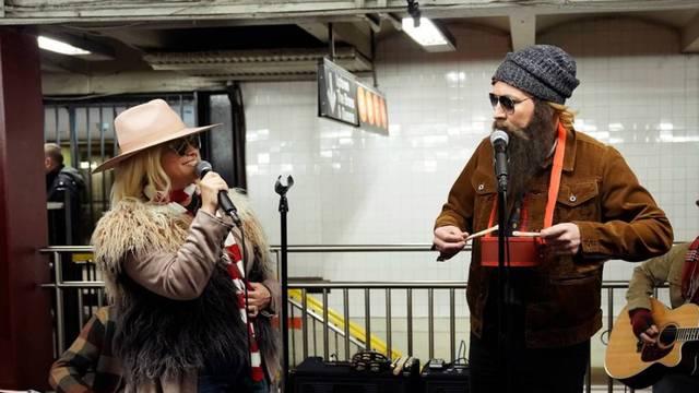 Komičar i pjevačica nastupili u podzemnoj, nisu ih prepoznali