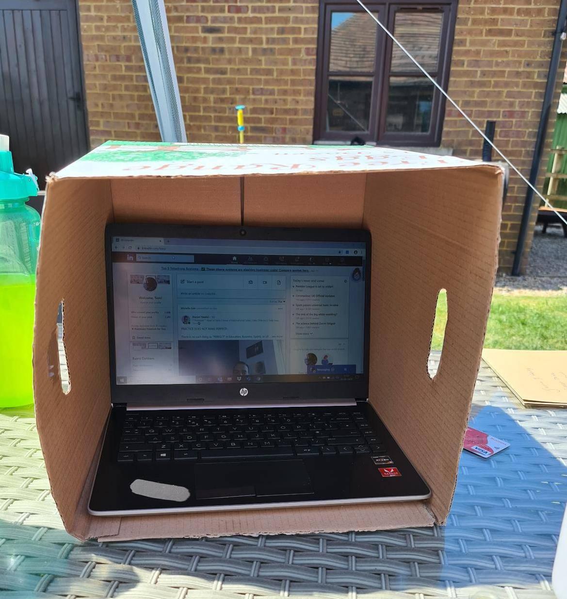 Novo 'čudo tehnologije': Otkrio trik kako da sunce ne zabljesne ekran laptopa dok radite vani