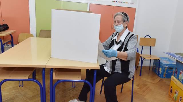 Šibenik: Građani od ranog jutra počeli izlaziti na birališta