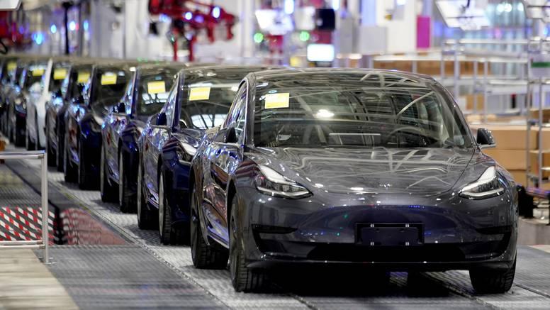 Musk tvrdi da će Teslini auti uskoro moći i pričati s vama