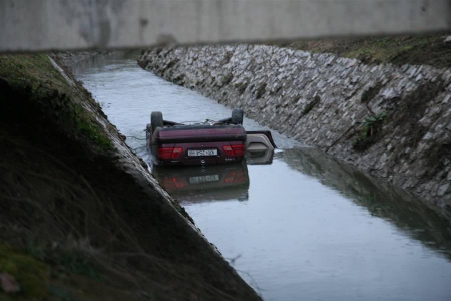 Auto sletio u potok, u njemu je bilo troje, jedan čovjek poginuo