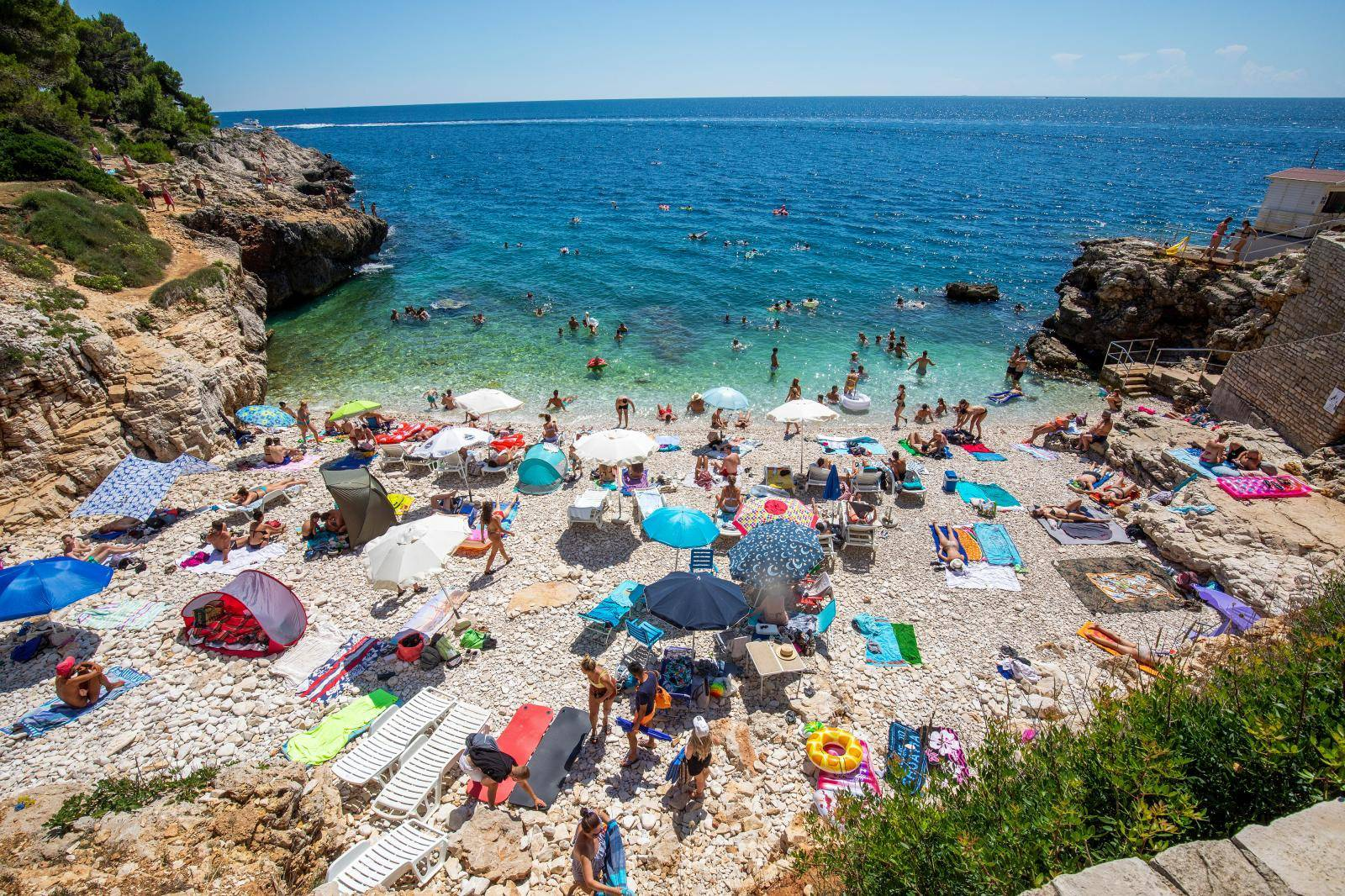 Turisti bezbrižno uživaju na pulskim plažama