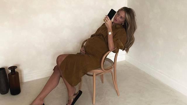 Izabel  Kovačić pokazala sve veći trudnički trbuščić u haljini