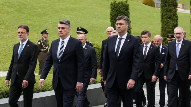 Zagreb: Državni vrh položio vijence na grobnici za neidentificirane žrtve iz Domovinskog rata