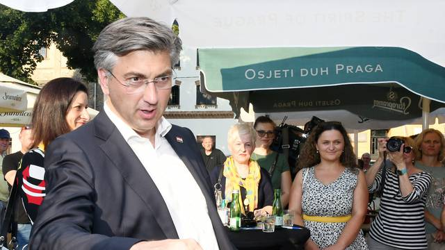 Andrej Plenković posjetio Sisak i družio se s građanima bez preporučene distance