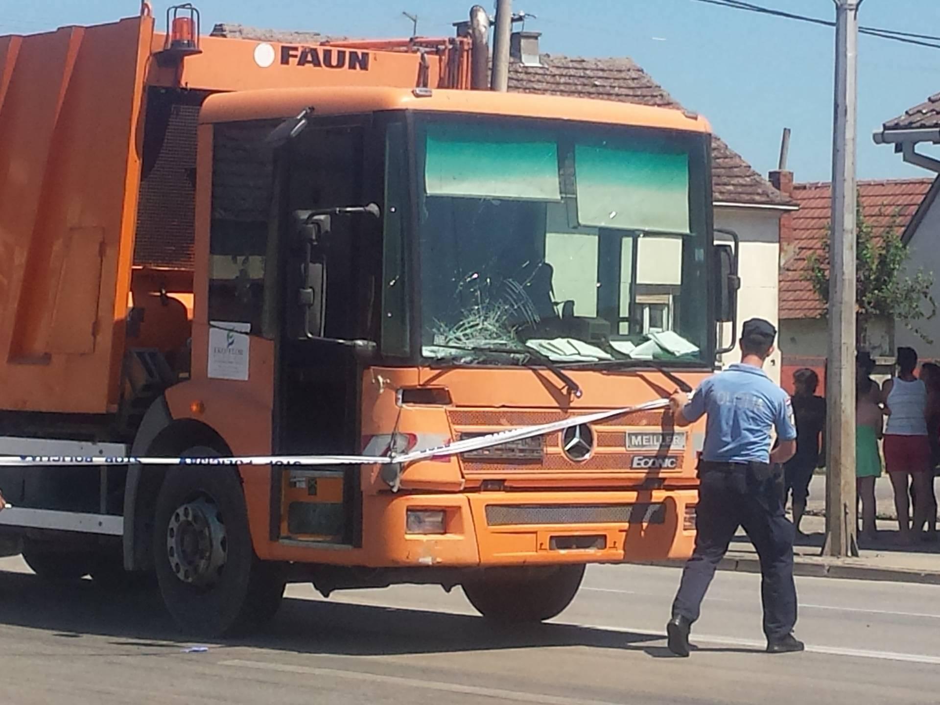 Preminuo na mjestu: Biciklist u Vinkovcima izletio pred kamion