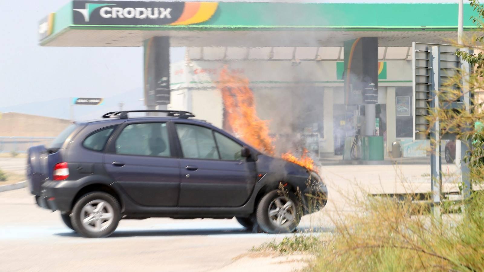 Split: Na ulazu u benzinsku postaju zapalio se osobni automobil