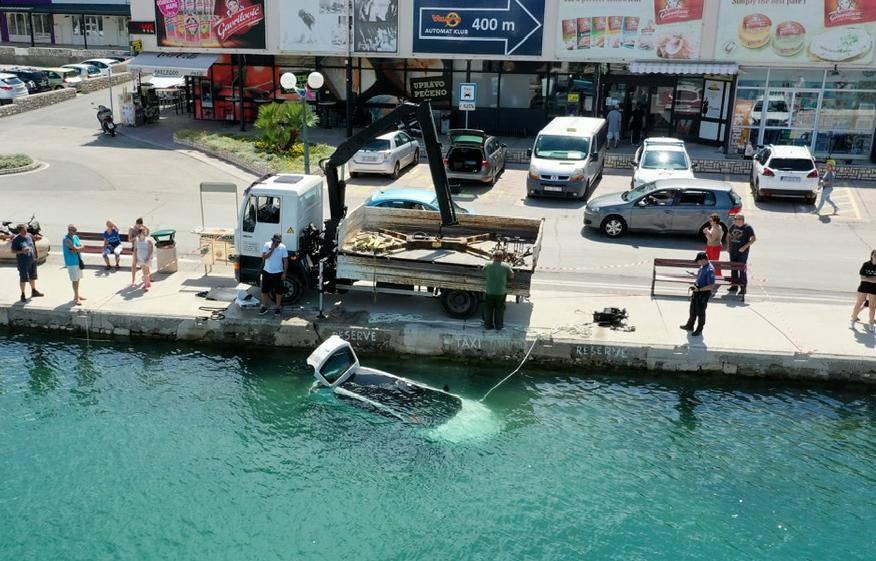 Auto na Rabu završio u moru. Vozačica nije povukla ručnu