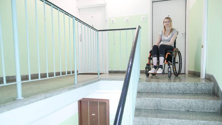 Danijela je prikovana za kolica i zarobljena u stanu: 'Pomozite mi da i ja mogu izlaziti van'