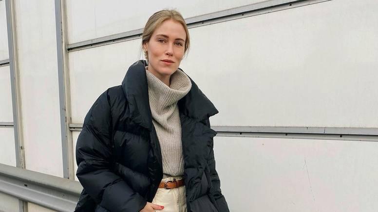 Poplun kaput u cool kontrastu s bijelim čizmama i limeta torbom