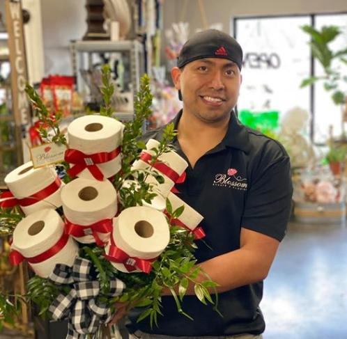 Iz šale počeo prodavati bukete od WC papira: I ljudi ih kupuju!