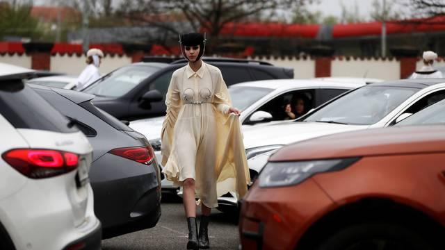 Češki dizajneri predstavili reviju na parkiralištu, a publika je sjedila u luksuznim autima