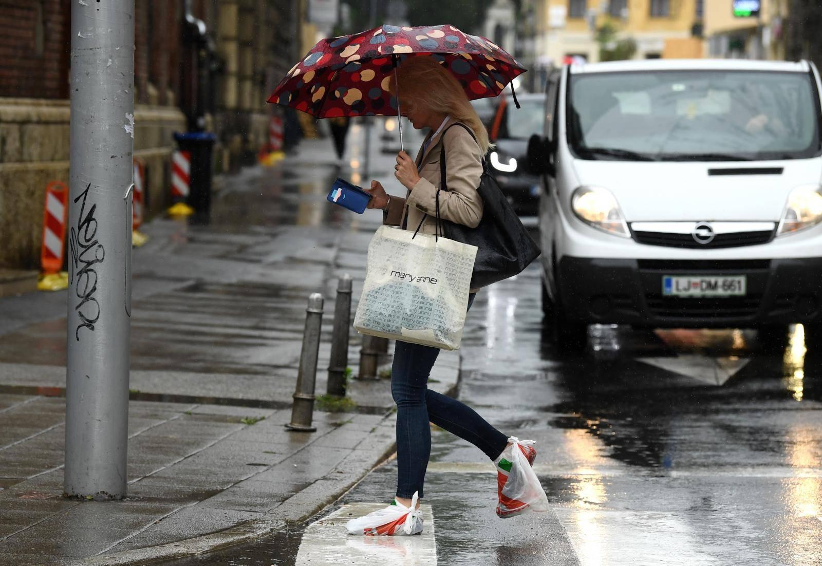 Zagreb: Posljednja moda tijekom kiše u gradu - najlonske vrećice na obući