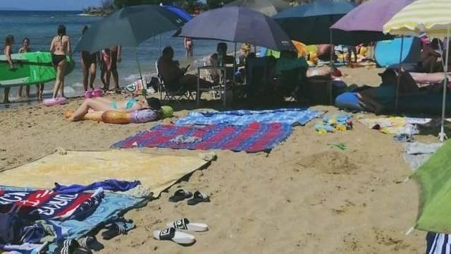 Urnebesne scene s plaže: Uzeli šest suncobrana i pola dnevne sobe, fali im samo televizor