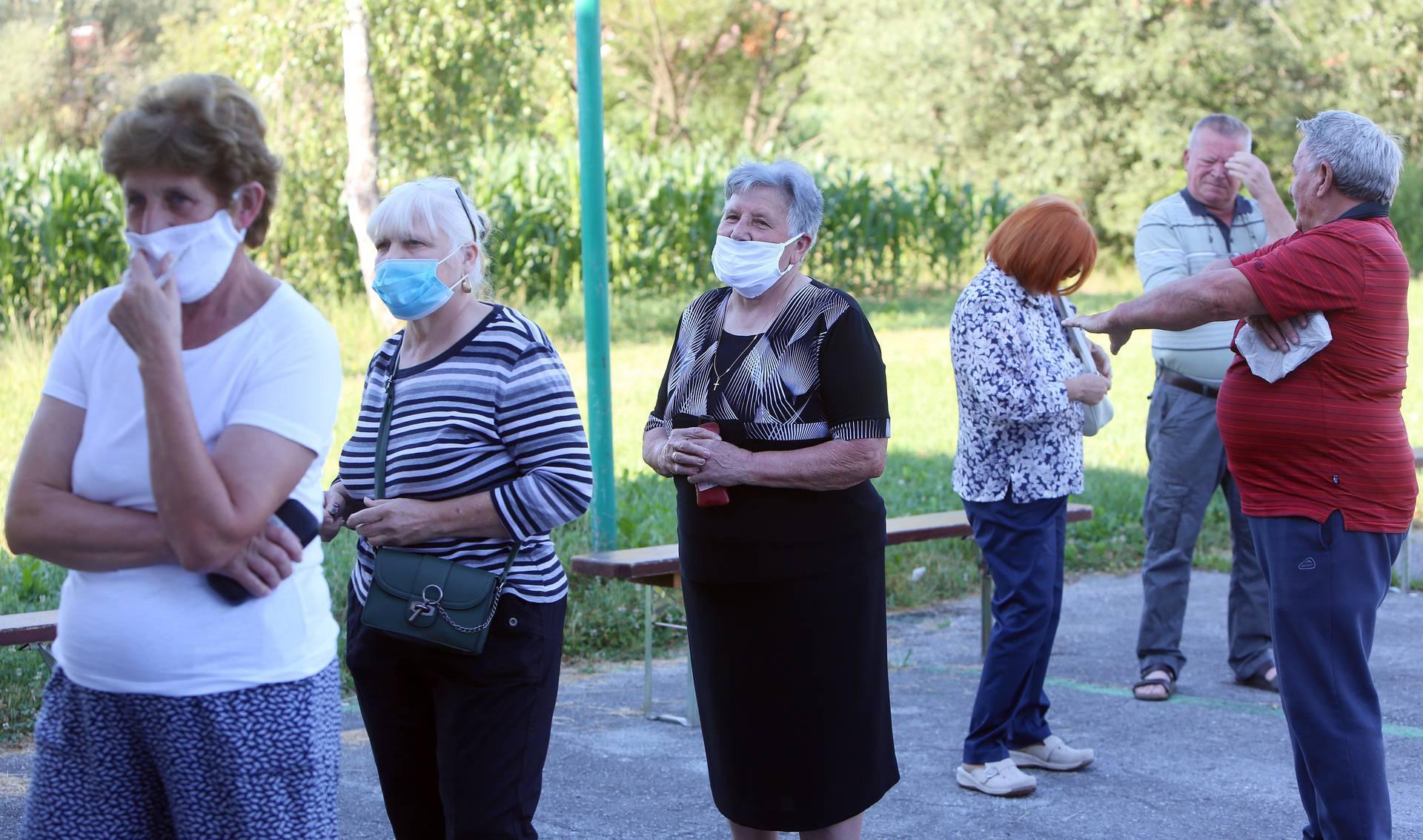 Karlovac: Građani poštuju zaštitne mjere na biralištima