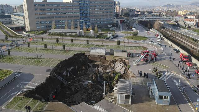 Naples, a huge chasm this morning in the parking area of the Ospedale del Mare in Ponticelli, the Covid residence was evacuated.