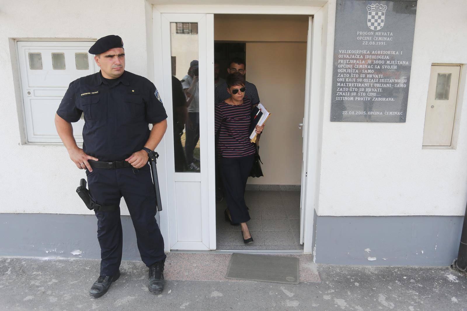 Pretres opčinske zgrade u Čemincu povodom prijava protiv načelnika opčine