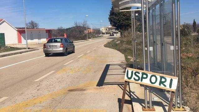 Mještani su sami izradili znak 'Uspori', jer im selom jure auti