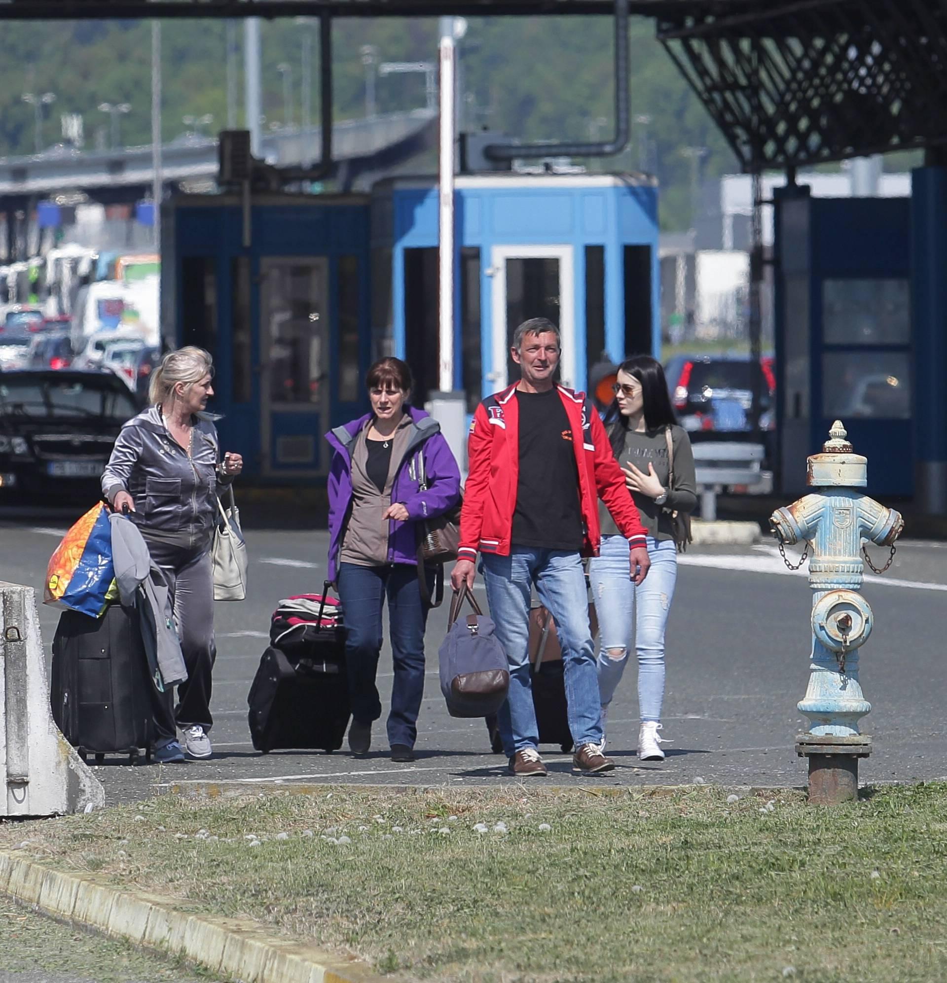 Kaos na Bregani: Ljudi izlaze iz buseva i granicu prelaze pješke