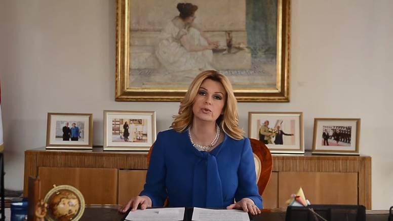 Pogledajte predsjednicu dok u uredu čita Pipi Dugu Čarapu