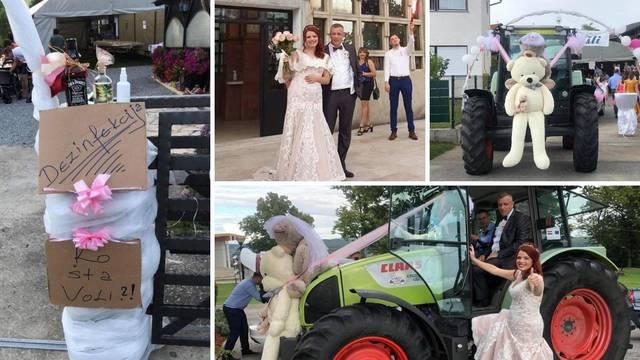 S medvjedićima na haubi do crkve su se odvezli traktorom
