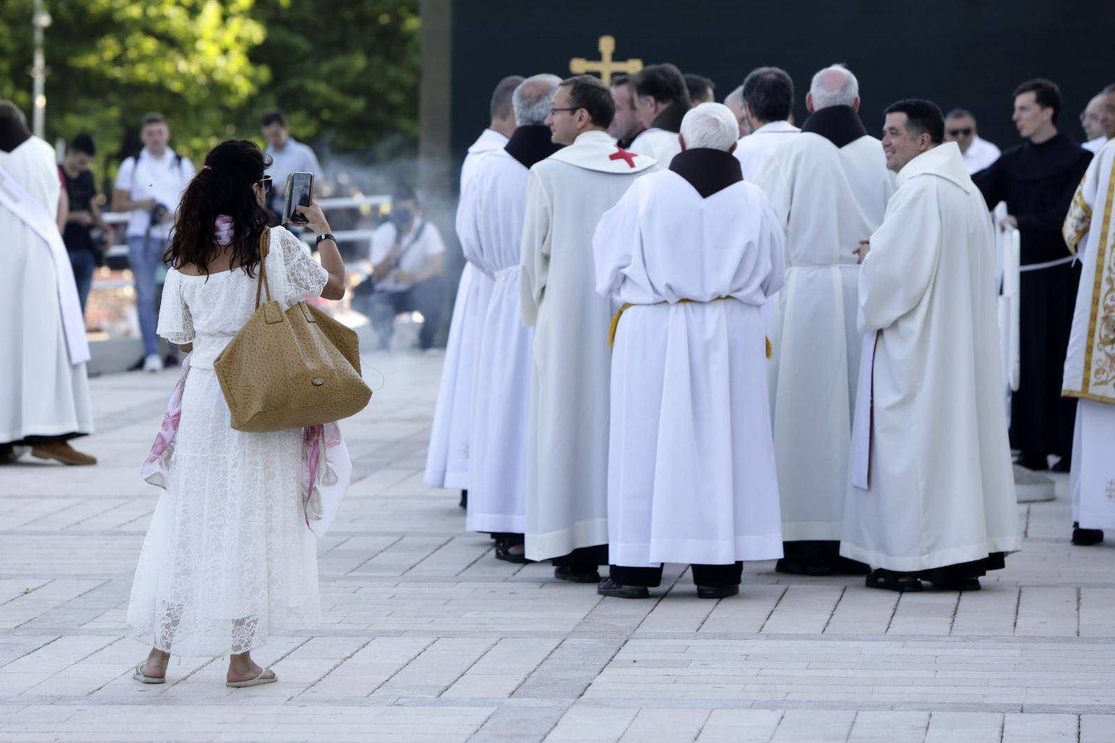 Tisuće vjernika u Međugorju bez maski i bez distance slavilo 39. godišnjicu Gospinog ukazanja
