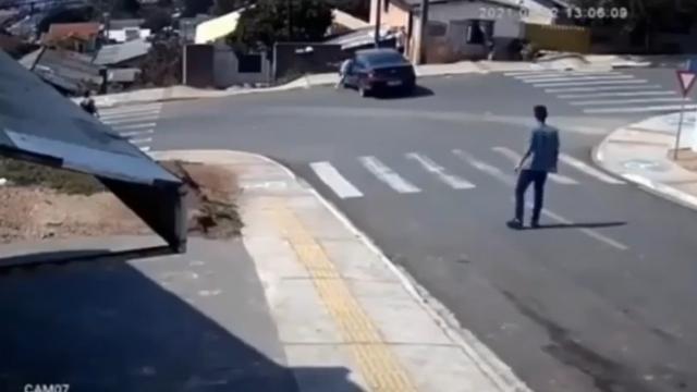 VIDEO Heroj uskočio u auto i zaustavio ga prije udara u kuće