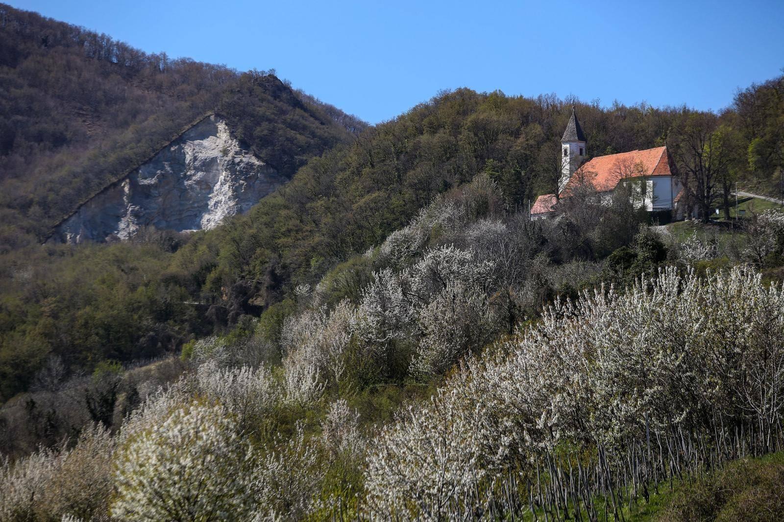 'Križ se samo pojavio na brdu prije par dana, nije isklesan'