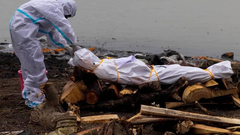 U Indiji svaki dan više od 4000 žrtava korona virusa: Trupla preminulih bacaju u rijeke...