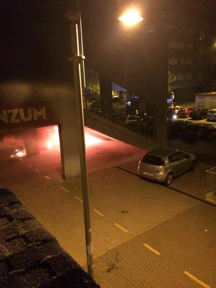Zagreb: Usred noći planuo auto ispod stuba u Novom Jelkovcu