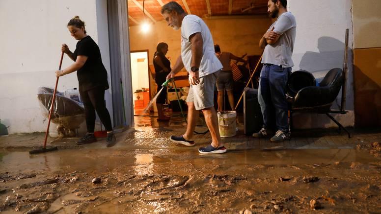 Obilne kiše u Španjolskoj: Bujice nosile aute i stabla