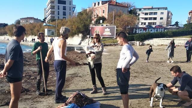 Eko udruga čistila plažu Bačvice, koncesionar prijetio policijom: 'Ne mogu oni tu raditi što hoće'