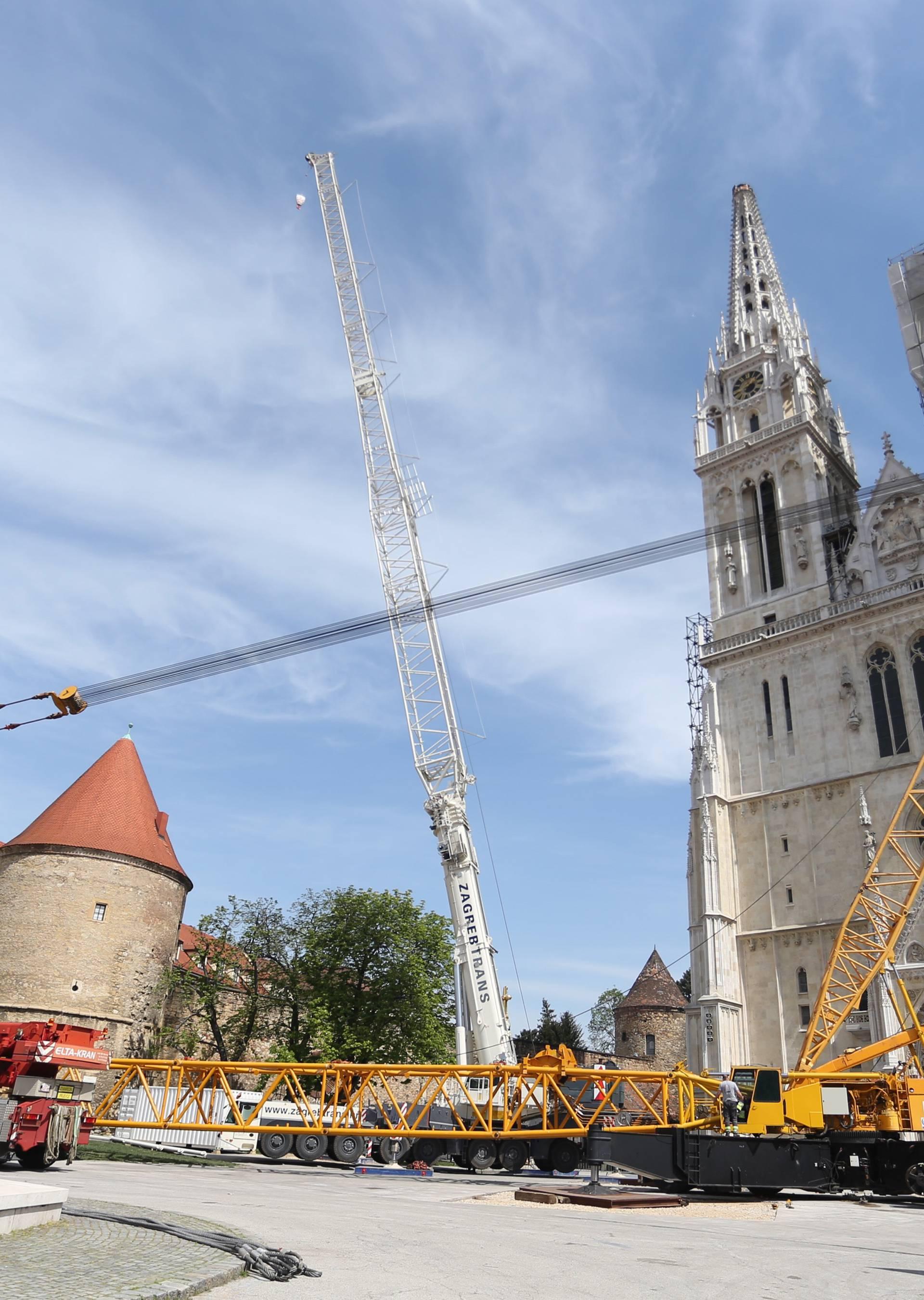 Zagreb: Građani u prolasku fotografiraju katedralu čiji je sjeverni toranj jučer uklonjen