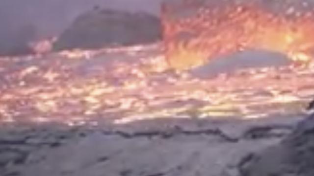 Snimka gromada lave koja pokazuje opaku moć prirode