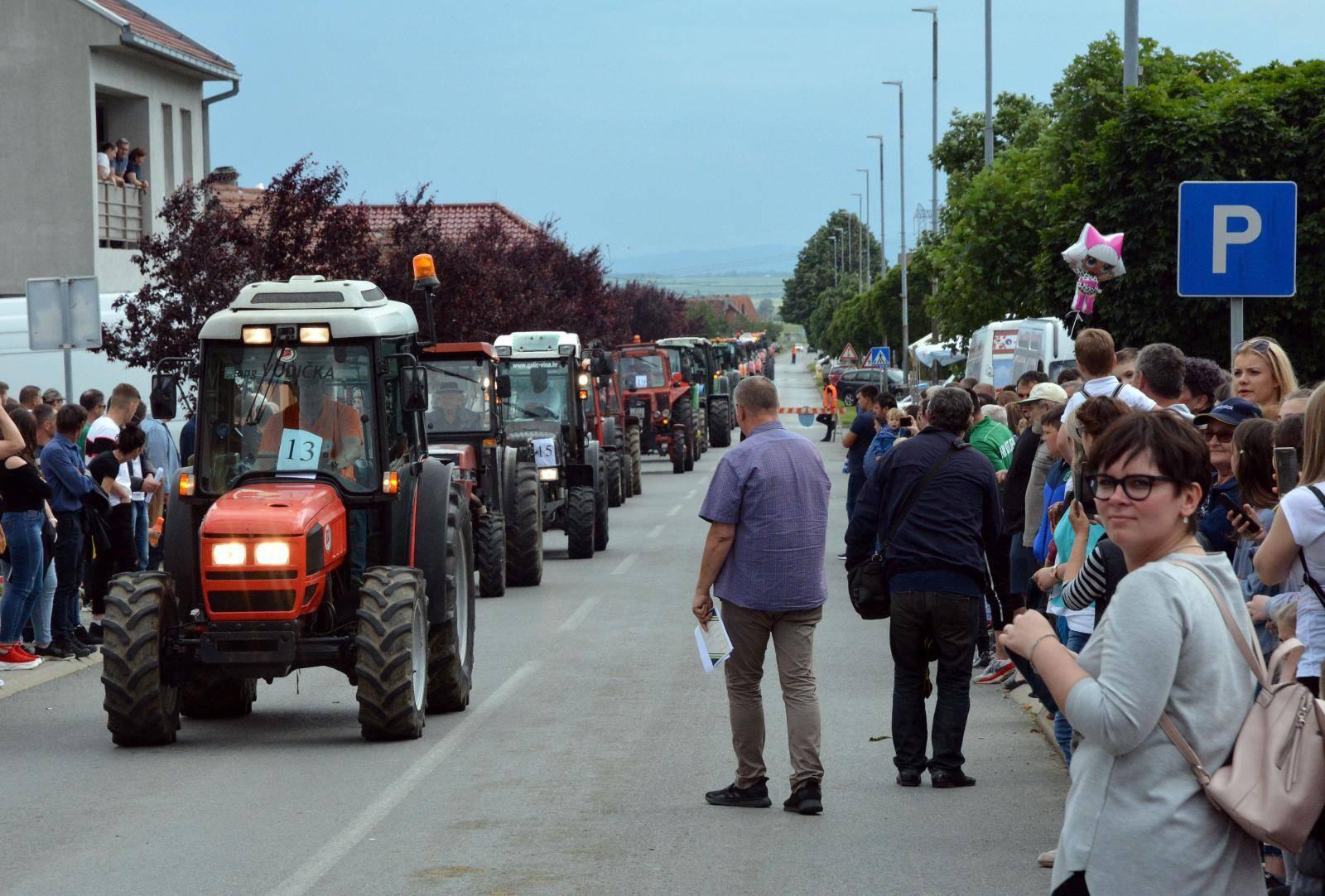 Utrka traktora na Festivalu Graševine u Kutjevu