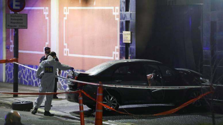Automobilom se zaletio u vrata kineskog veleposlanstva