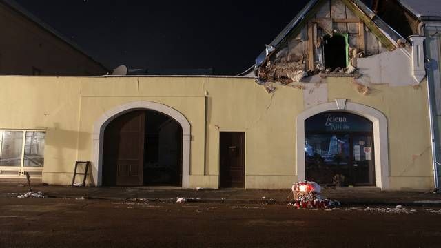 Noćne fotografije centra Petrinje dva tjedna nakon potresa