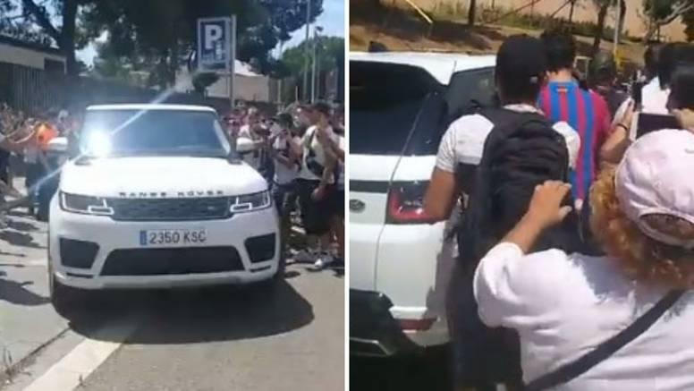 VIDEO Navijači zaustavljali Leov džip na odlasku, orilo se: Messi!