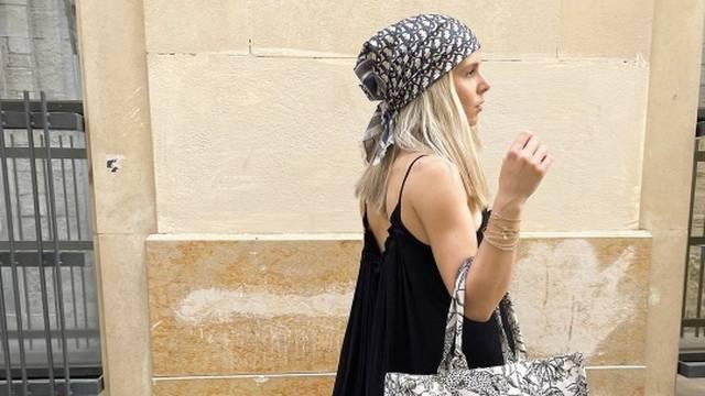 Crno-bijeli minimalizam: Velika boho haljina i marama na kosi