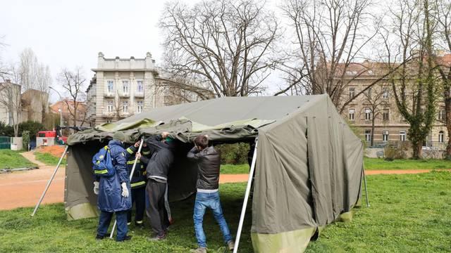 Zagreb: Podizanje šatora na srednjoškolskom igralištu iza Mimare