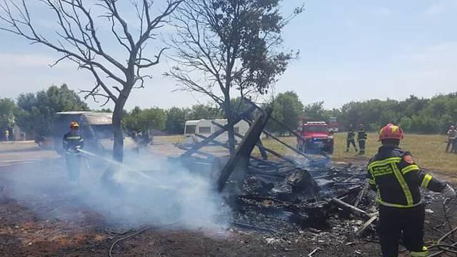 Zbog kvara izgorjeli su kamp kućica, skuter, trava i raslinje