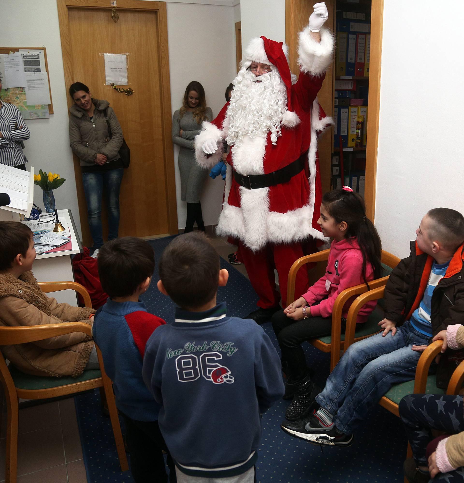 Djed Mraz donio darove u Makarsku i razveselio dječicu